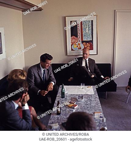 """Der amerikanische Schauspieler George Nader in der Redaktion der Programmzeitschrift """"""""HörZu"""""""", Deutschland 1960er Jahre"""