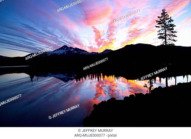 Sparks Lake During Sunset In Central Oregon With A View Of Broken Top Mountain