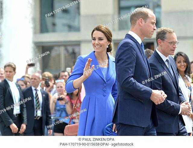 Britain's Prince William (front R), his wife Catherine (front C), Duchess of Cambridge, and Berlin's Governing Mayor Michael Mueller (2-R) visit the Brandenburg...