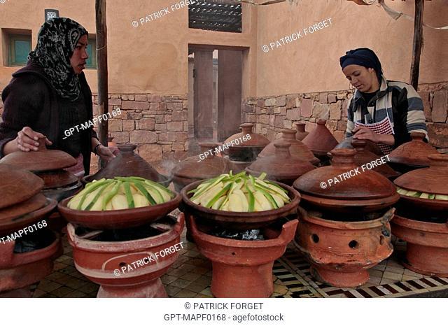 COOKING BERBER TAJINES OUTDOORS, TERRES D'AMANAR, TAHANAOUTE, AL HAOUZ, MOROCCO