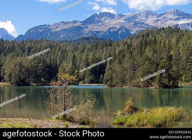 Der Weißensee ist ein Bergsee im Grenzbereich von Lechtaler Alpen und Mieminger Gebirge nördlich unterhalb des Fernpasses in Tirol