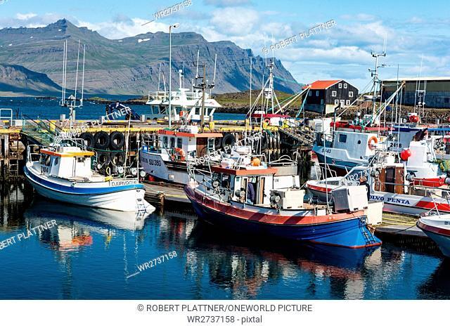 Iceland, Austurland, Djúpivogur, boats in the harbor town of Djúpivogur on Iceland
