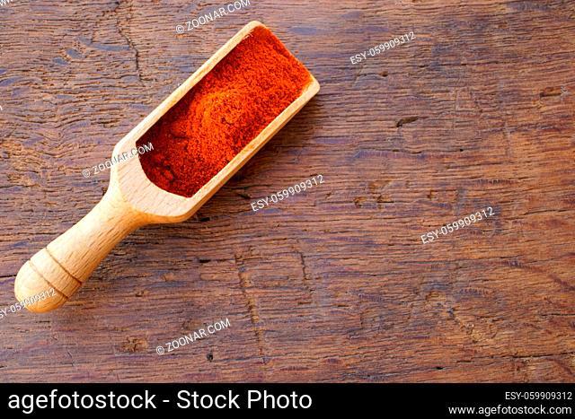 Chilipulver auf kleiner Gewürzschaufel