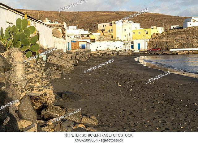 schwarzer Strand beim Fischerdorf Tarajalejo, Insel Fuerteventura, Kanarische Inseln, Spanien   black beach of the fishing village Tarajalejo, Fuerteventura