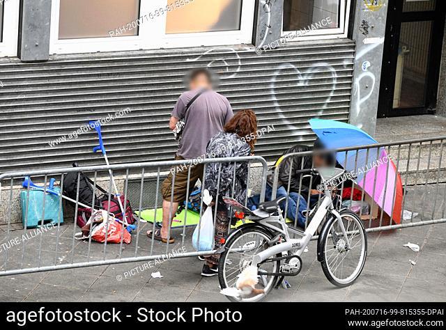 16 July 2020, Hessen, Frankfurt/Main: Drug addicts have settled in front of a house in Elbestraße in Frankfurt's station district