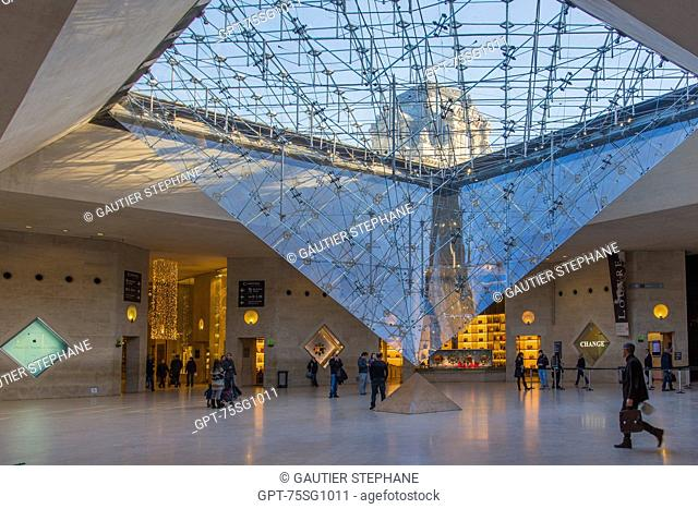 THE CARROUSEL DU LOUVRE AND ITS INVERTED PYRAMID, SITUATED BELOW THE TUILERIES GARDENS, IS BOTH A SHOPPING MALL AND CULTURAL AND HISTORICAL SPACE, (75) PARIS