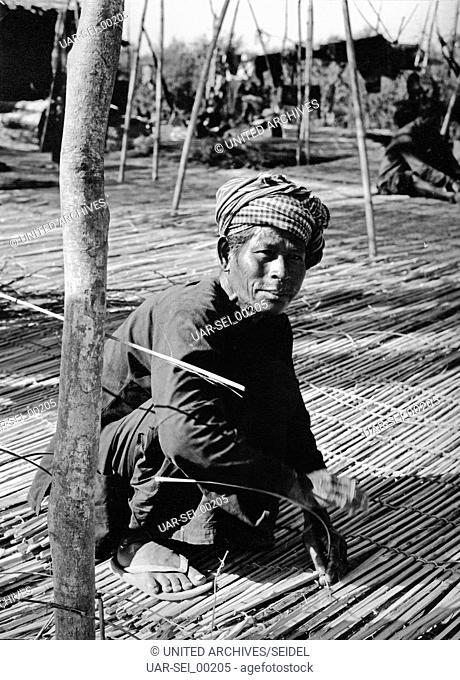 Mattenflechter in Kambodscha, 1970er Jahre. Man baiding mats at Cambodia, 1970s