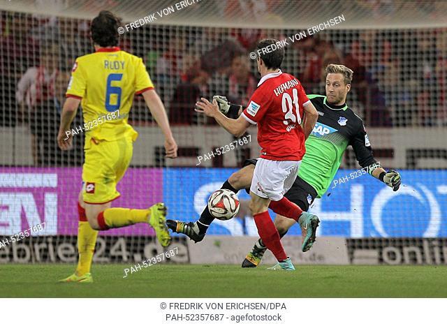 Mainz's Jonas Hofmann (C) and Hoffenheim's goalkeeper Oliver Baumann (R) in action during the Bundesliga soccer match between 1