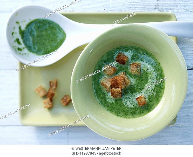 Spinach with croutons and ginger