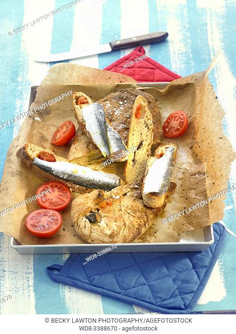 focaccia de olivas, tomate en aceite y arenque al salazon / olive focaccia, tomato in oil and salted herring