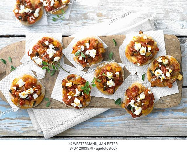 Mini pizzas with peppers and sheep's cheese chunks