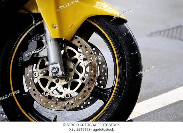 Motorcycle wheel with disc brakes