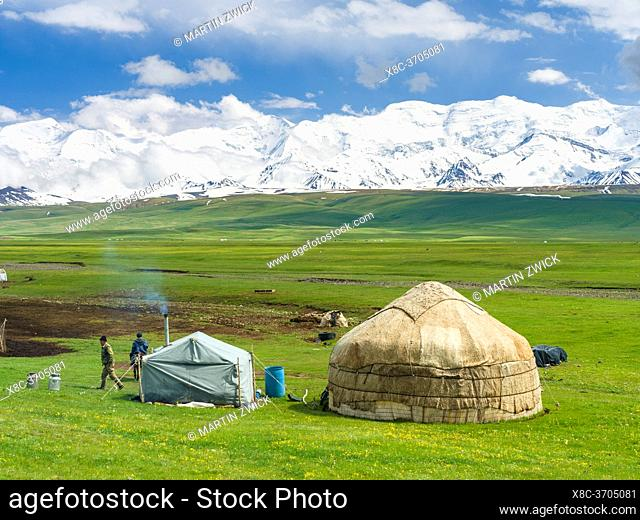 Traditional yurt in the Alaj valley with the Transalai mountains with Pik Kurumdy (6614) in the background. The Pamir Mountains, Asia, Central Asia, Kyrgyzstan