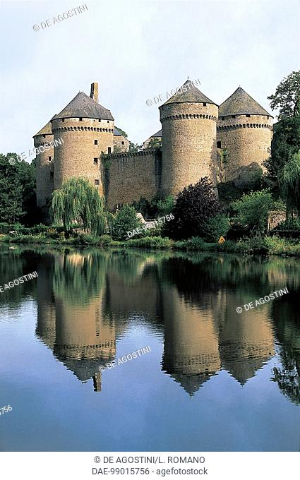 France - Pays de la Loire - Lassay-les-Chateaux. Castle and pond
