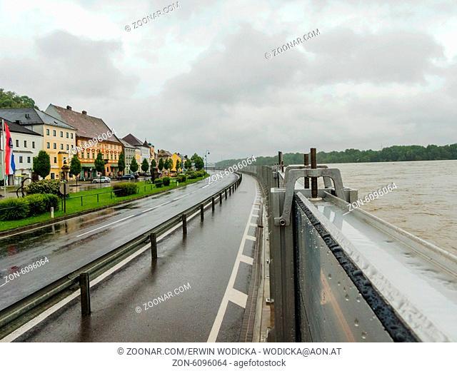 Hochwasser 2013. Mauthausen, Österreich. Mobiler Hochwasser Schutzdamm