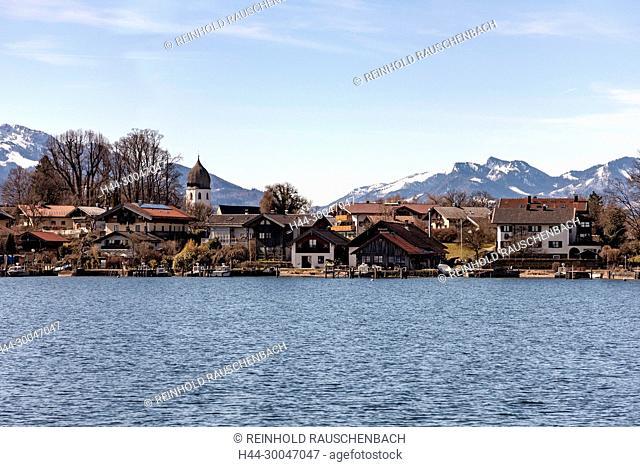 Vom Schiff aus Gstadt kommend liegt die gesamte kleine Insel vor den Chiemgauer Alpen
