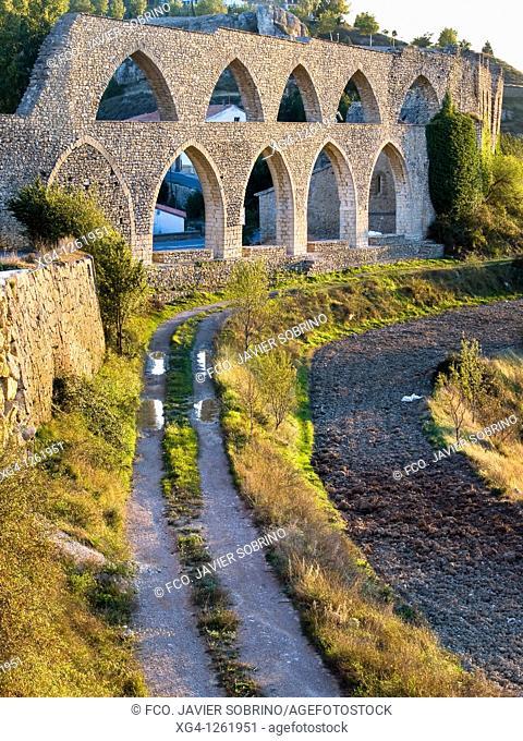 Séquia Reial, acueducto con arcos ojivales de estilo gótico construido entre los siglos XIII y XIV - Morella - Comarca de Els Ports - Provincia de Castellón -...