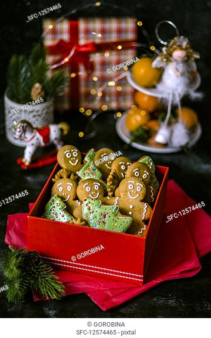 Gingerbread men and Christmas tree biscuits in a gift box