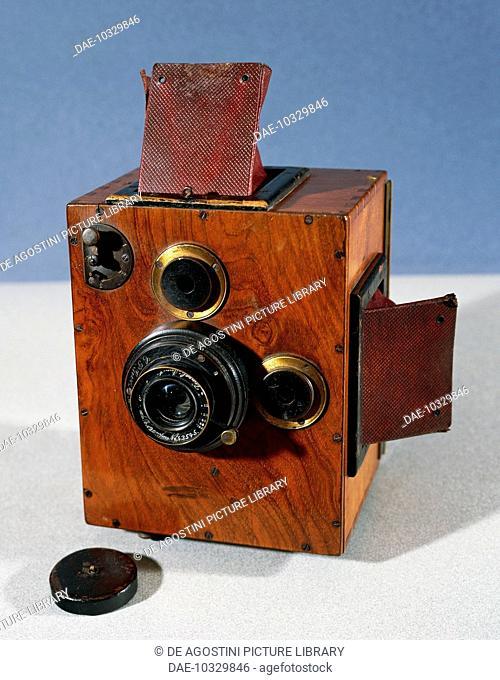 First Reflex camera, 1890-1900, with two lenses and two viewfinders, 120 mm zoom, Goesz lens.  Bievres, Musée Francais De La Photographie (Photography Museum)