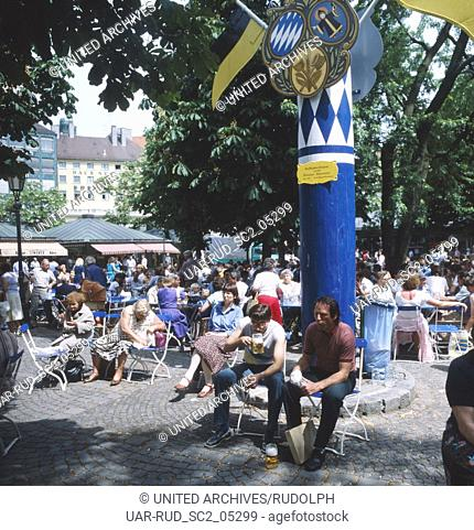 München, 1985. Altstadt, Maibaum und Biergarten auf dem Viktualienmarkt. Munich, 1985. Historic center, Maypole and Beer garden on the Viktualien market