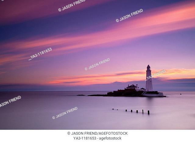 England, Tyne and Wear, St Mary's Island  Pre-dawn pink skies above St Mary's Island and lighthouse, a popular location near Whitley Bay