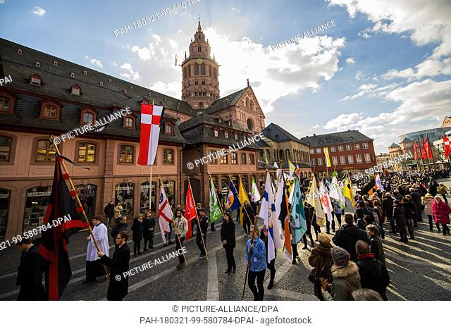 21 March 2018, Germany, Mainz: The funeral procession with standard bearers of the different church associations outside the Mainz Cathedral
