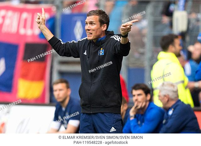 coach Hannes WOLF (HH) shows in both directions, gives instruction, instructions, gesture, gesture, half figure, half figure, Soccer 2. Bundesliga, 30