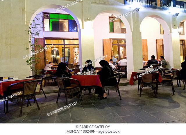 Qatar - Doha - Souk Waqif - Qatari on the terrace of a restaurant