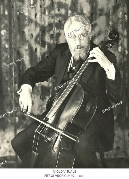 Double bassist (OLVI008-OU449-F)