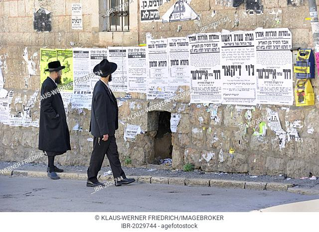 Orthodox Jews reading wall newspapers in the district of Me'a She'arim or Mea Shearim, Jerusalem, Israel, Middle East