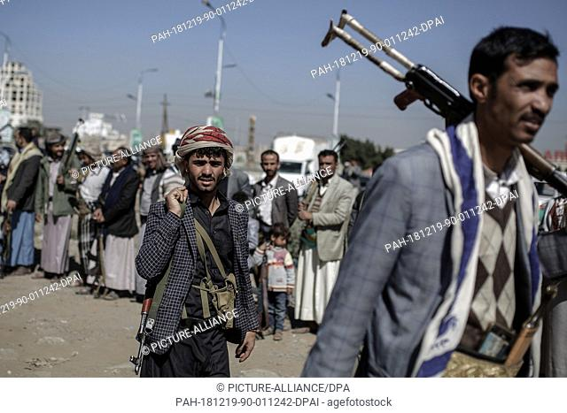 19 December 2018, Yemen, Sanaa: Houthi rebel fighters hold their weapons during a gathering aimed at mobilizing more fighters before heading to battlefronts