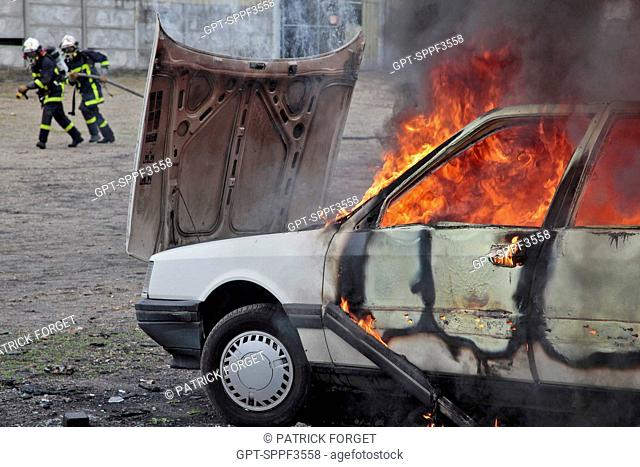 FIREFIGHTERS AT A CAR FIRE, TRAINING IN URBAN VIOLENCE AT THE OISSEL POLICE ACADEMY, SEINE-MARITIME 76, FRANCE