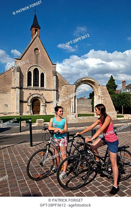 BICYCLE TOURISTS IN FRONT OF THE SAINTE-FOY CHAPEL CHURCH, CHARTRES, EURE-ET-LOIR 28, FRANCE