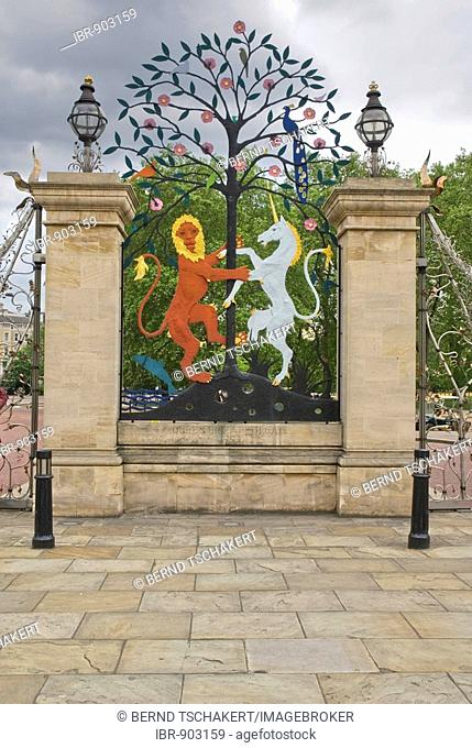 Decorative figures of a lion and a unicorn on the Queen Elizabeth Gate, Hyde Park, London, England, Great Britain, Europe