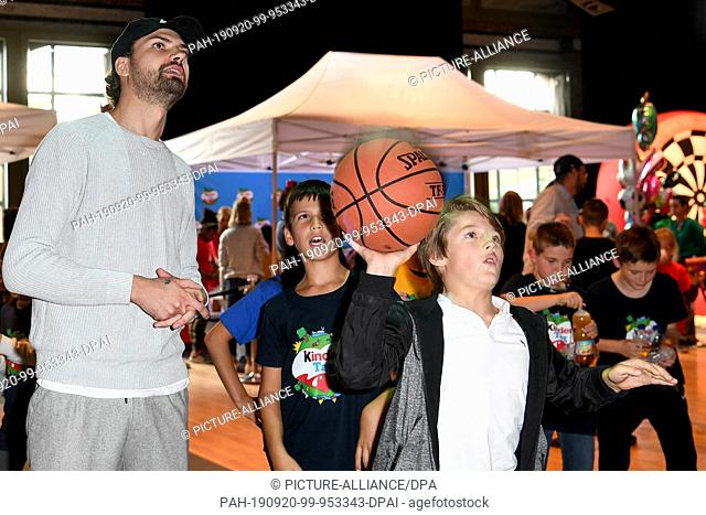 "19 September 2019, Berlin: The actor Jimi Blue Ochsenknecht plays basketball with the children at """"kinder Tag 2019"""" in Radialsystem V, Basketball"