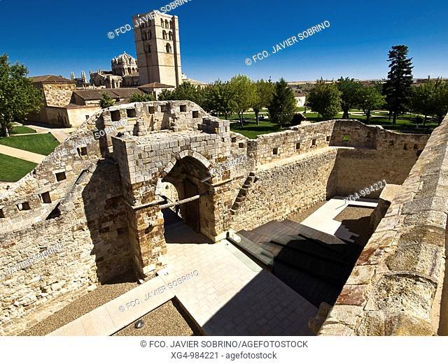 Interior y puerta de entrada del castillo de Zamora. Al fondo torre y cimborrio de la iglesia catedral del Salvador, de estilo románico - Castilla y León -...