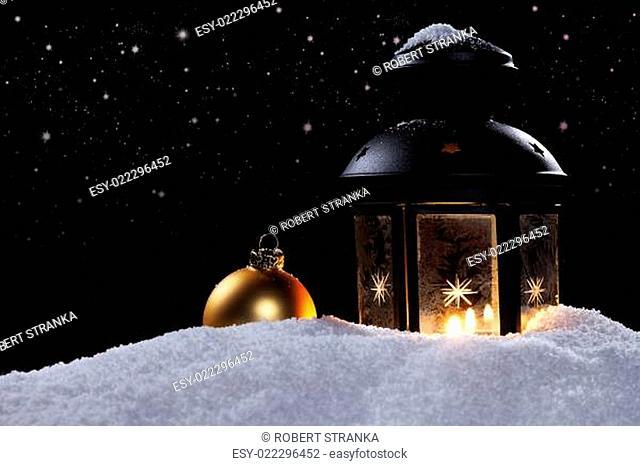 laterne mit christbaumkugel unter sternenhimmel