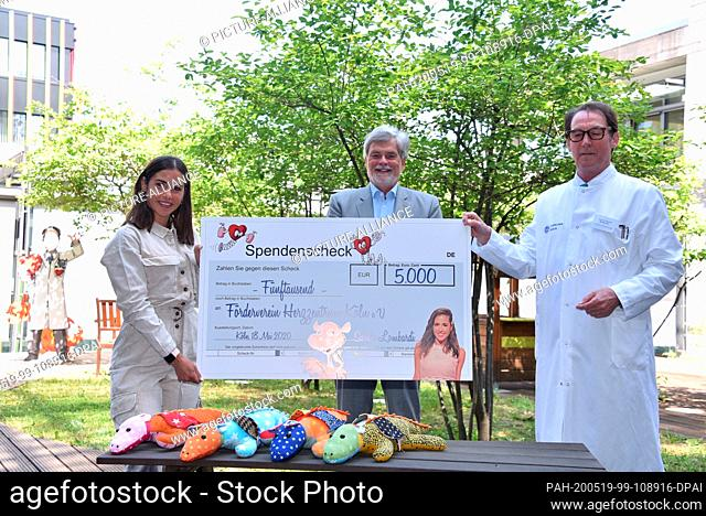 18 May 2020, North Rhine-Westphalia, Cologne: The singer Sarah Lomdardi (l-r) hands over a cheque for 5000 Euro to Dr. Wilhelm Kemper, Chairman
