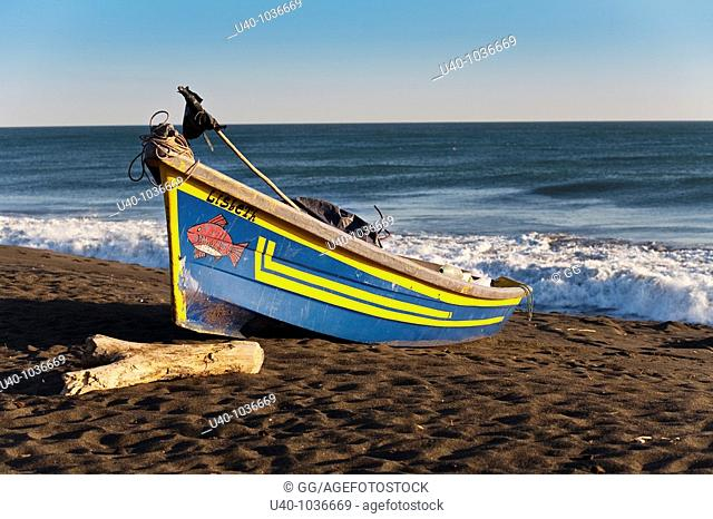 Guatemala, Monterico beach, fishing boats on the sand