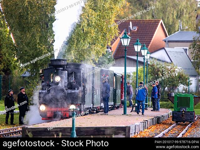 17 October 2020, Mecklenburg-Western Pomerania, Klütz: A 102-year-old brigade locomotive is standing with a passenger train in the station and is waiting for...