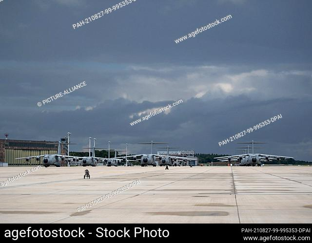 27 August 2021, Lower Saxony, Wunstorf: A400M transport aircraft of the German Armed Forces park on the tarmac of the base in Wunstorf, Lower Saxony