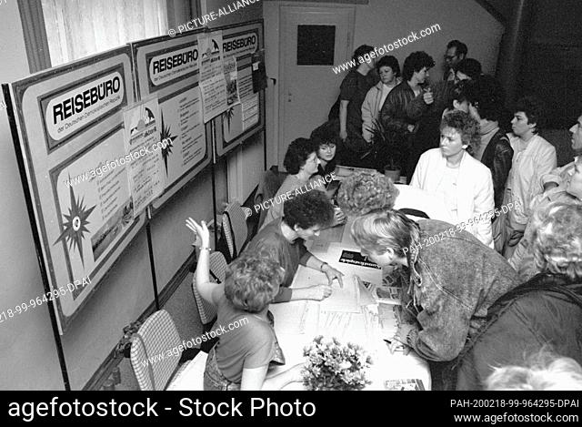 15 November 1989, Saxony, Torgau: Crush - The travel agency of the GDR presents itself at the end of the 1980s at the 8th cultural fair in Torgau with travel...