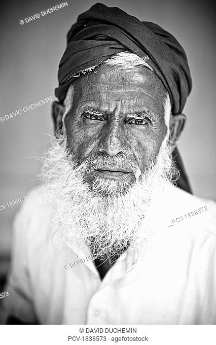 Lumen Dei, Kashmir, India, Portrait of a senior Indian man wearing traditional clothing