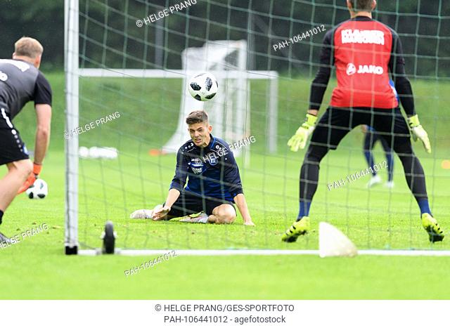 Marvin Wanitzek (KSC) in duels with goalkeeper Benjamin Uphoff (KSC). Left goalkeeper coach Kai Rabe (KSC). GES / Soccer / 3rd league: Karlsruher SC - Training...