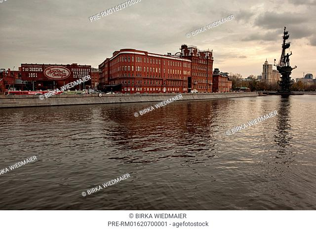 View over Moskva River with former chocolate factory and Peter the Great Statue, Moscow, Russia / Blick über die Moskwa mit ehemaliger Schokoladenfabrik und...