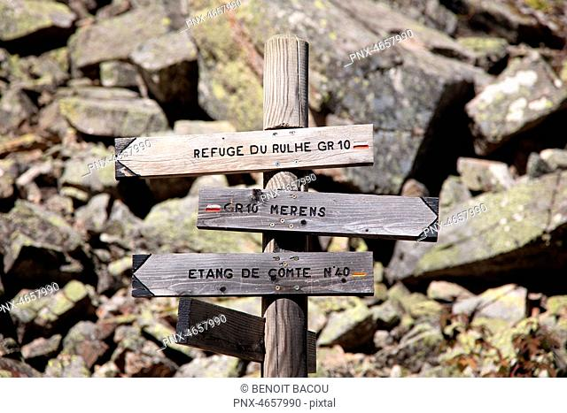 GR10 Road Sign : Rulhe Hut , Entang de Comte, Merens, french