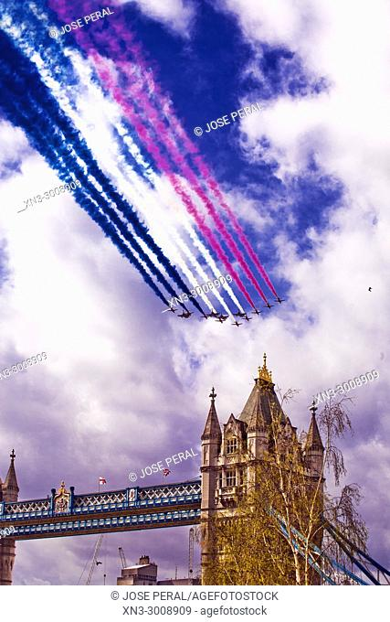 Display of aircraft with the colors of the English flag, flight demonstration squadron, aircrafts in formation, Tower Bridge, River Thames, London, England, UK