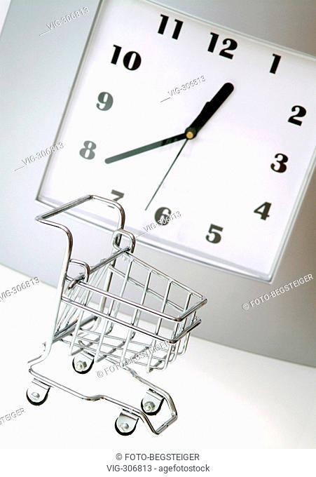 Symbolbild Ladenoeffnungszeiten - symbolic for opening time in supermarket. - 28/08/2006