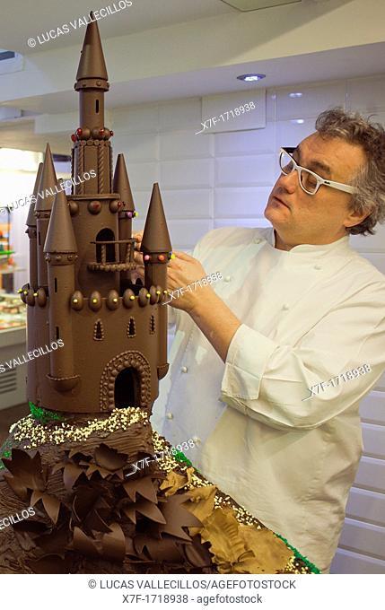 Christian Escriba making a Mona, typical chocolate cake of Pascua's monday, the godfather gives his godson, catalan tradition, Escriba bakery, 83 La Rambla