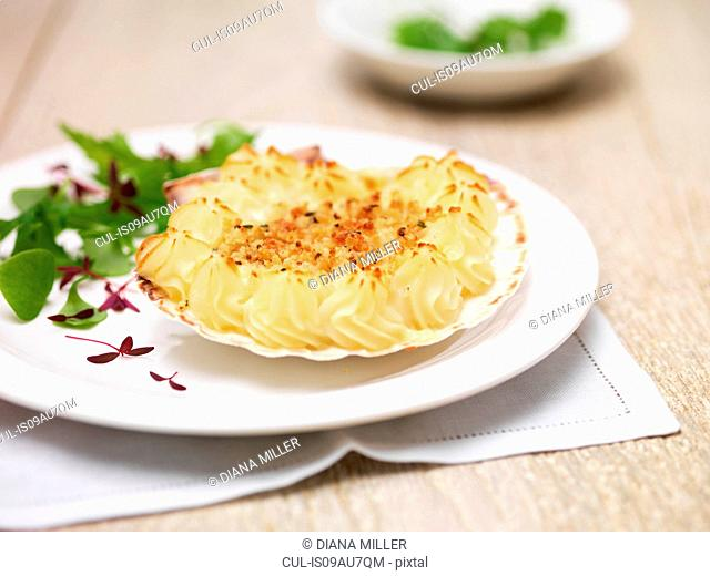 Coquille st jacques, scallops, potatoes and green salad leaves